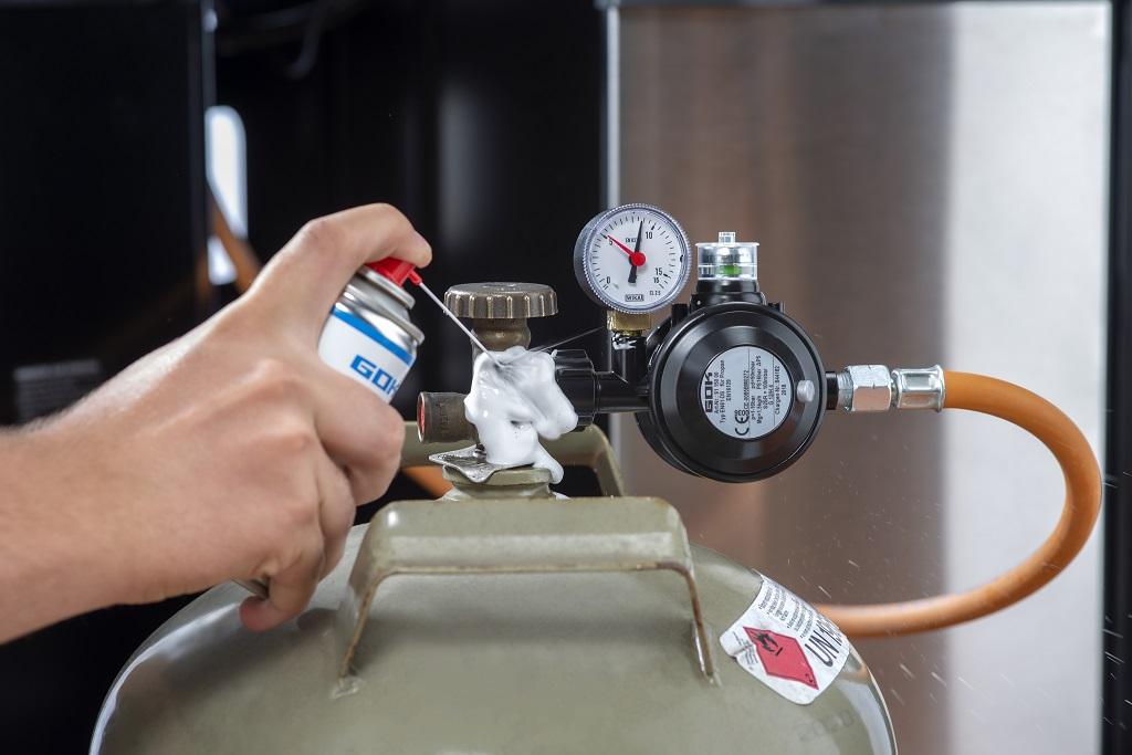 Dichtheitsprüfung an einem Gasgrill - sowohl gewerbliche als auch private Nutzung - mit schaumbildendem Mittel (zum Beispiel: Lecksuchspray).