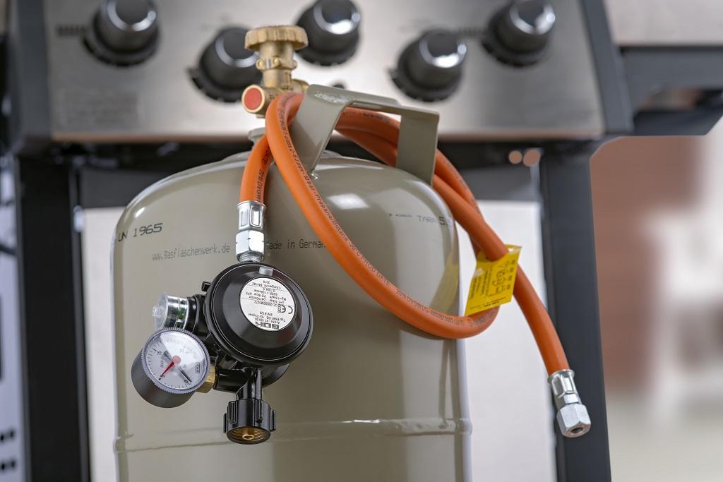 Die orangefarbenen Gasschläuche von GOK für einen Gasgrill gibt es in unterschiedlichen Längen und mit unterschiedlichen Anschlüssen.