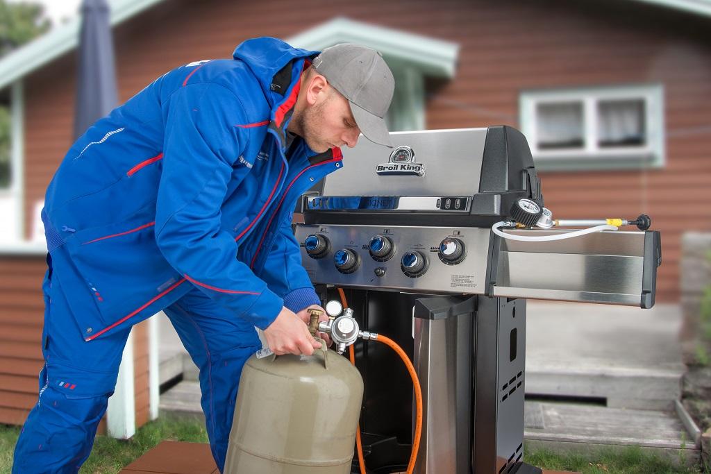 Wer den Gasgrill gewerblich nutzt, muss auf Grundlage der DGUV V 79 prüfen bzw. prüfen lassen. In der Praxis hat sich ein Prüfintervall von zwei Jahren bewährt.