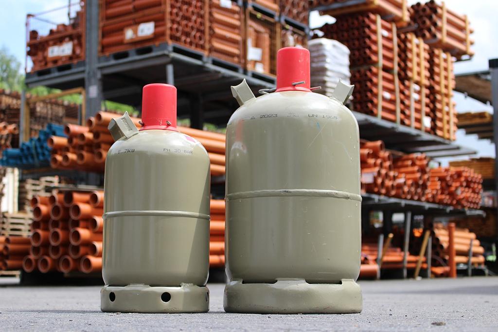 Die Klassiker für die private Anwendung haben auf jeden Fall ein integriertes Sicherheitsventil: links die Flasche mit 5 Kilogramm Füllgewicht; rechts mit 11 Kilogramm.