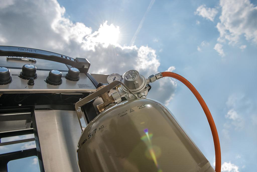 Durch intensive UV-Bestrahlung verschleißen Komponenten einer Flüssiggasanlage wie Druckregler oder Schlauchleitung schneller. Trotz vorgegener Herstellerempfehlungen, Lebensdauer oder Austauschfristen muss der Betreiber der Anlage immer ein wachsames Auge haben.