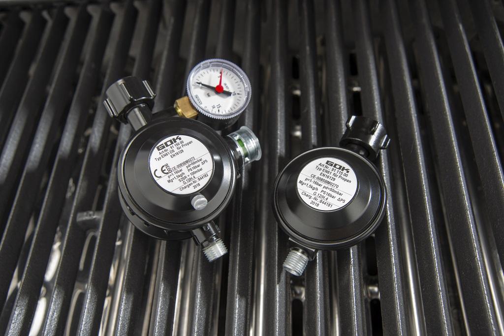 Im Privatbereich können Gasgriller sowohl den Grillregler PRO mit Sicherheitseinrichtung (li.) als auch den Grillregler BASIC ohne Sicherheitseinrichtung (re.) einsetzen.