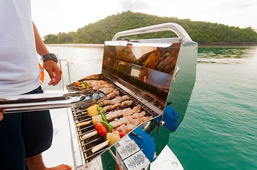 Prinzipiell erlaubt: Das Grillen auf dem Boot oder dem Segelschiff.