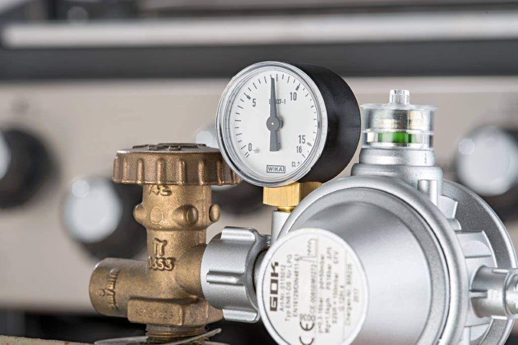 Silberner Druckregler von GOK für den Einsatz im Freien, beispielsweise bei Gasgrills oder Heizpilzen.