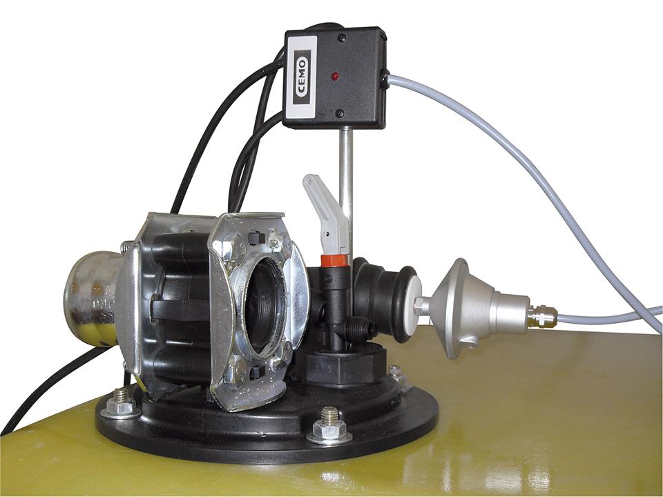Installierter Druckwächter auf einem GFK-Tank von CEMO. Gemäß der AwSV sollten Druckwächter nachgerüstet werden.