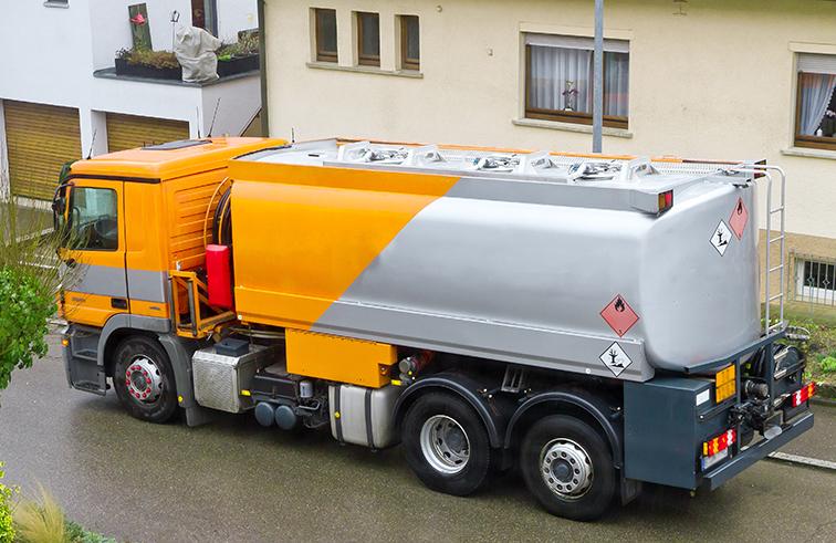 Vor jeder Befüllung des Heizöltanks muss der Tankwagenfahrer zunächst den Grenzwertgeber auf Funktion prüfen.