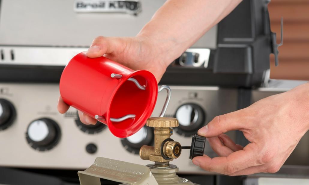 Vor dem Transport immer die Schutzkappe (rot) auf das Gasflaschenventil setzen. So verhindern Sie eine Beschädigung des Ventils bei einem Unfall oder wenn sich die Gasflasche beim Transport löst.