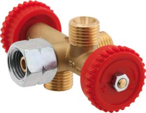 Großaufnahme eines Abzweigventils, das in der Flüssiggasanlage direkt hinter dem Druckregler/Druckminderer angebracht wird. Der Anwender hat die Wahl zwischen zwei oder drei Abgängen; hier sehen wir ein Abzweigventil mit drei Anschlüssen für zum Beispiel die Schlauchleitungen.