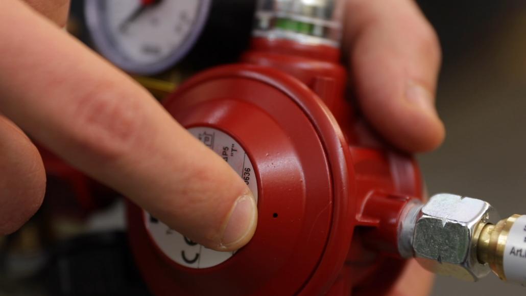 Jeder Druckregler, der an 5, 11 oder 33 Kilogramm-Gasflaschen angeschlossen wird, verfügt über eine Entlüftungsbohrung. Über diese entweicht beim Öffnen des Gasflaschenventils Luft nach außen, gut hörbar durch ein markantes Zischen.