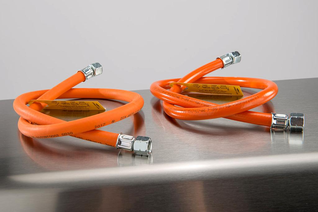 Links der Gasschlauch aus Gummi, rechts die Variante aus Kunststoff.