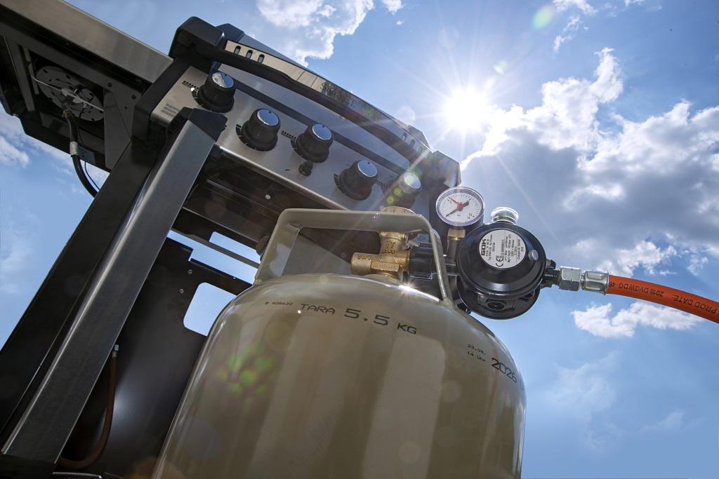 Steht die Gasflasche direkt in der Sonne bzw. im sich aufheizenden Unterschrank des Gasgrills, beschleicht den einen oder anderen ein mulmiges Gefühl. Muss es aber grundsätzlich nicht!
