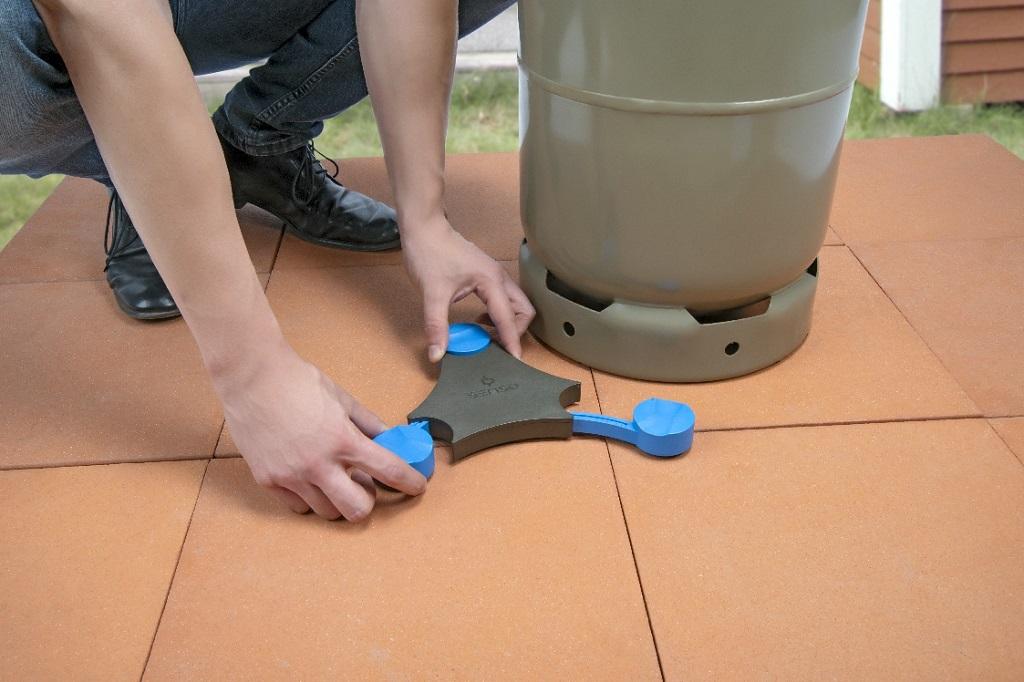 Der Senso4s steht unter der Gasflasche und misst das Gewicht. Dank der flexibel ausziehbaren Füße lässt sich das Gerät an die Größe von 5, 8 oder 11 kg-Flaschen anpassen.