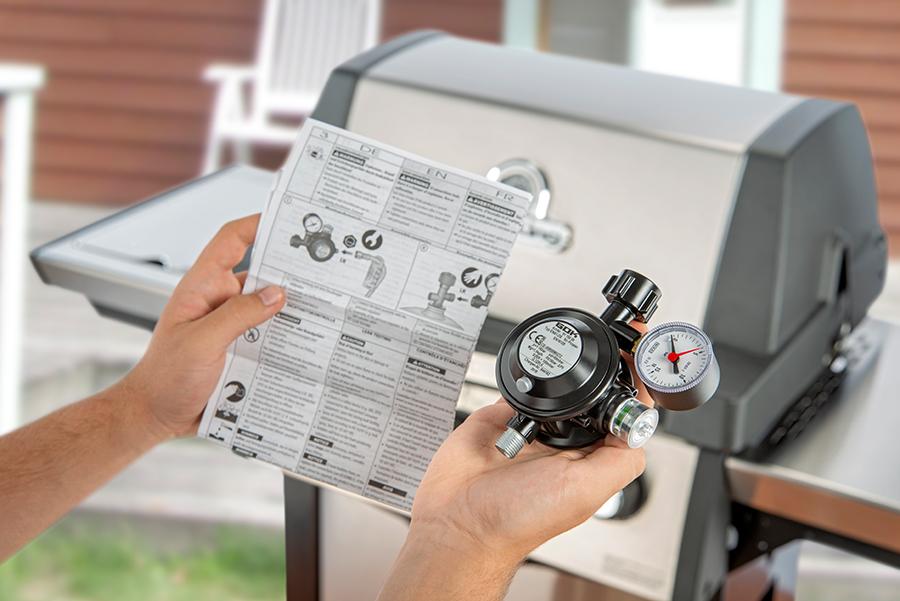 Vorgeschrieben ist in Deutschland der Austausch von Druckminderer und Gasschlauch nach spätestens zehn Jahren. Die Hersteller von Gasgrills empfehlen sogar teilweise kürzere Zyklen. Der Blick in die Bedienungsanleitung lohnt!