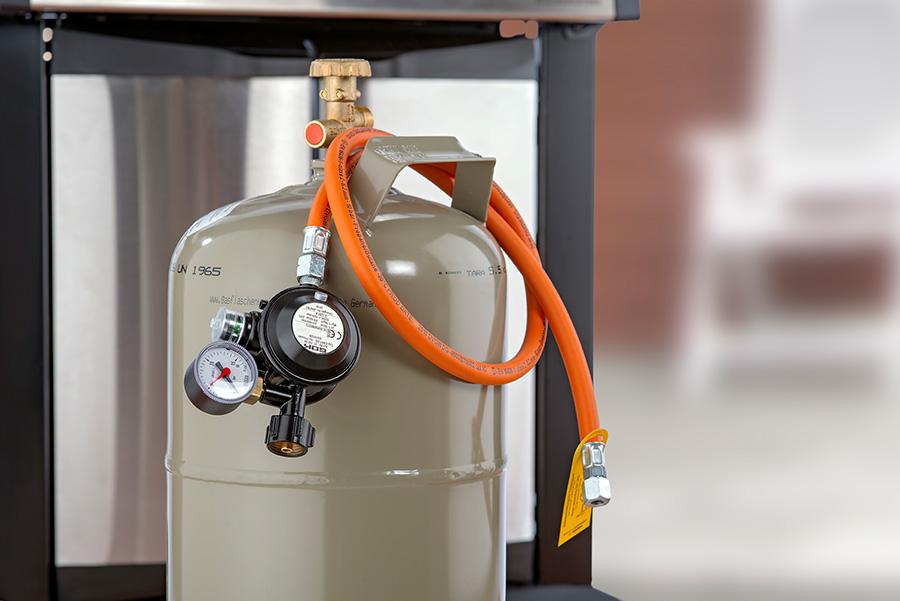 Um den Gasgrill zu betreiben, braucht es in jedem Fall diese drei Komponenten: Gasflasche, Druckminderer und Gasschlauch.